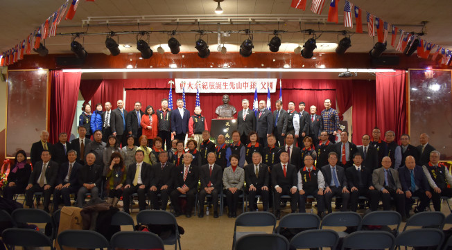 揭幕儀式後,中華公所舉辦國父孫中山153年誕辰紀念大會,共50多個僑團到場獻花。(記者顏嘉瑩/攝影)
