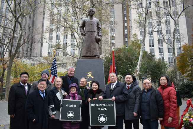 與會嘉賓為孫中山銅像揭幕,並宣布重新命名該廣場為「中山廣場」。(記者顏嘉瑩/攝影)