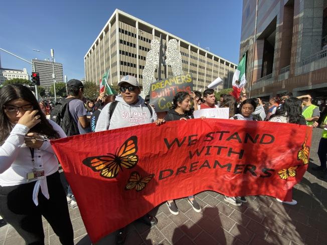 洛杉磯聯合學區約25所高中的數百名學生、老師上街抗議。(記者謝雨珊/攝影)