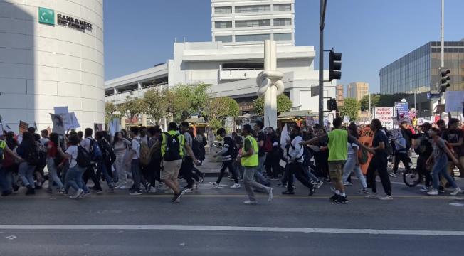 數百名學生、老師遊行抗議。(記者謝雨珊/攝影)