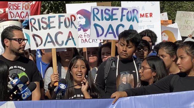一名出生在墨西哥、三個月半大就被父母親帶到美國生活的16歲高中生,哽咽向川普政府喊話。(記者謝雨珊/攝影)