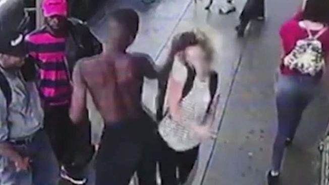 非裔流浪漢(左)一拳打倒走過身邊女子。(監視器畫面)
