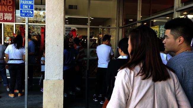 亞凱迪亞市近日新開張一家牛肉麵店,業者開業誌慶在周末推出兩天免費試吃牛肉面活動,吸引逾500名華人饕客。(記者啟鉻/攝影)