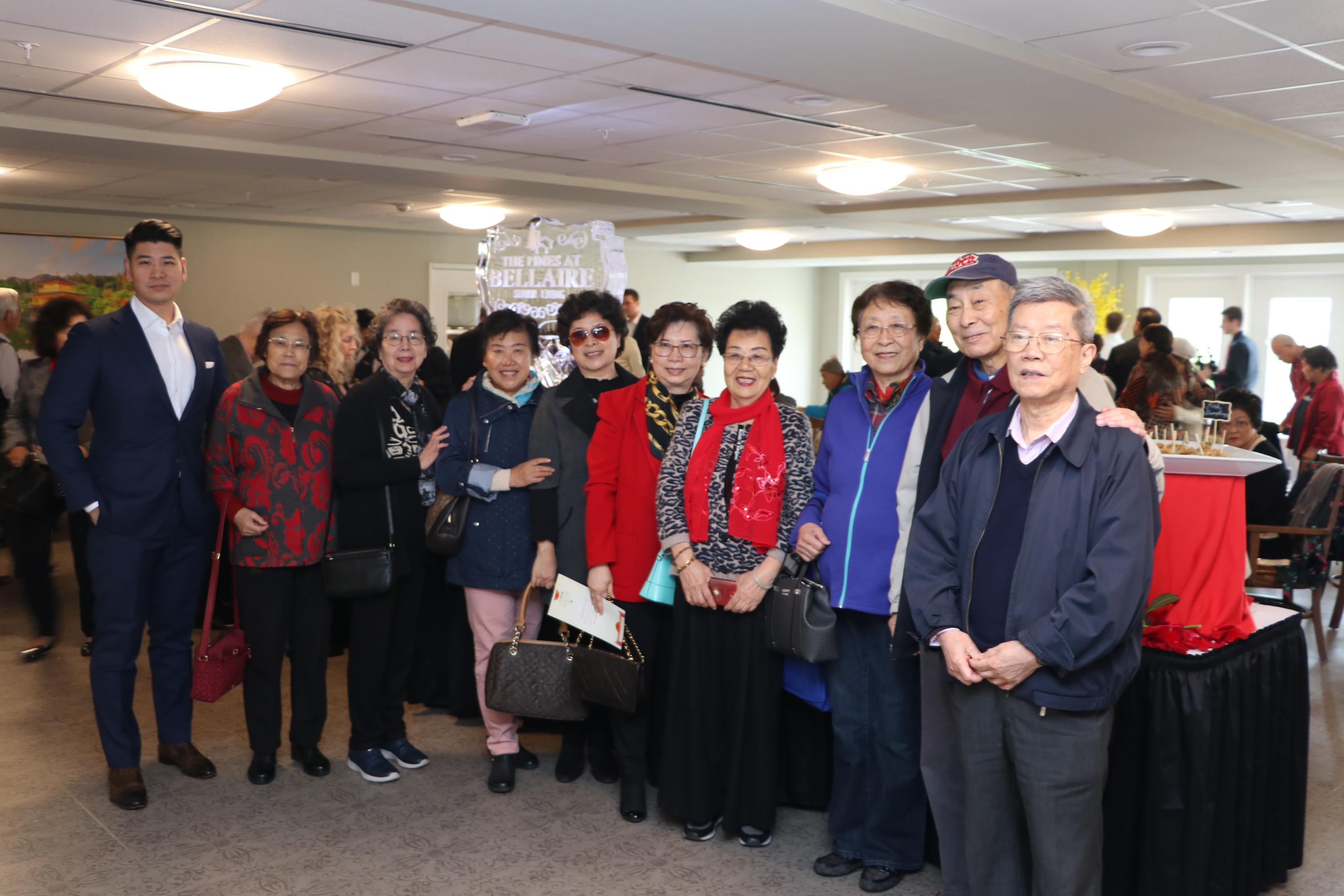 中華公所共同主席李世威(右一)與到訪賓客合影。