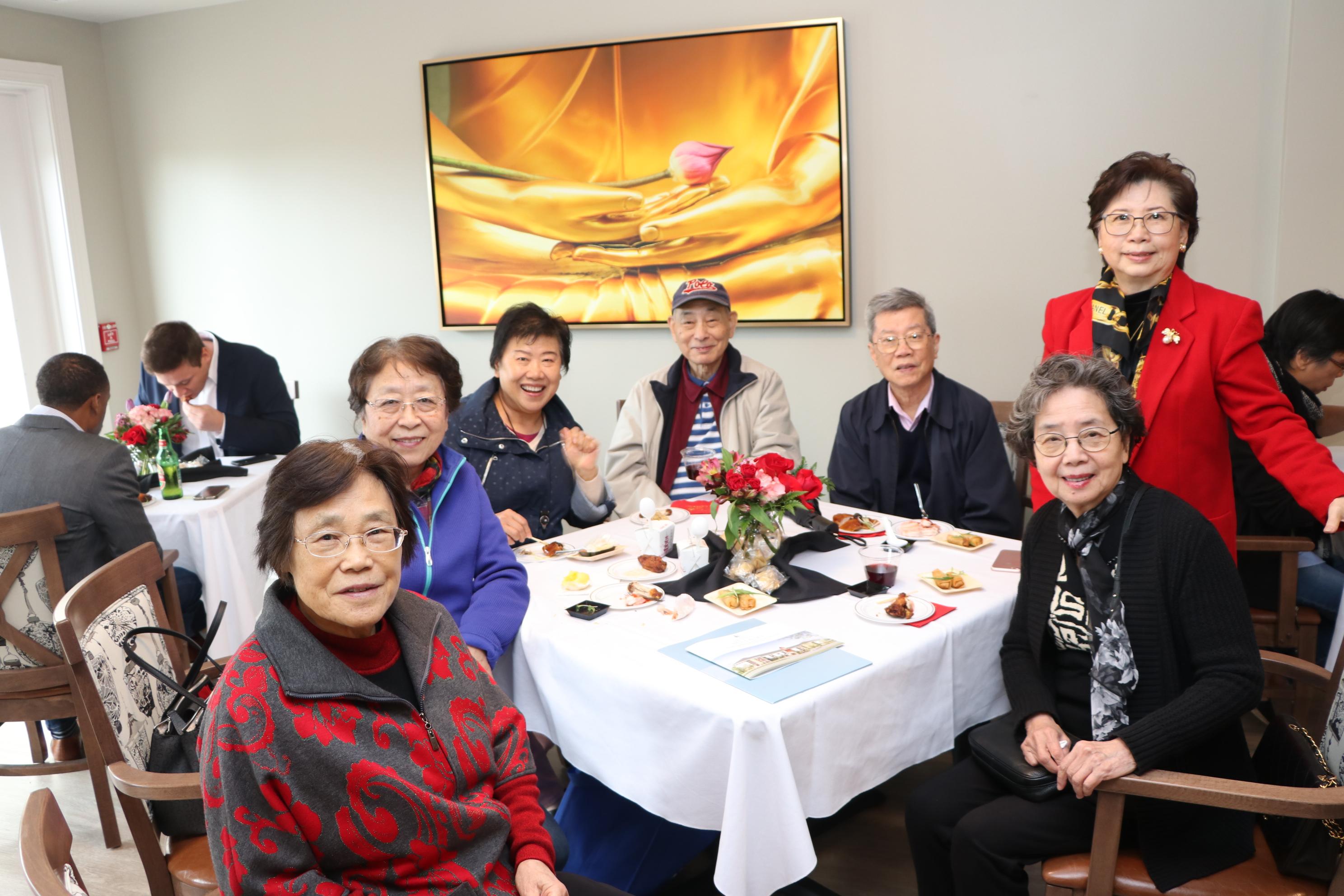 李兆瓊的夫人(後排右一)與到訪親友們相談甚歡。