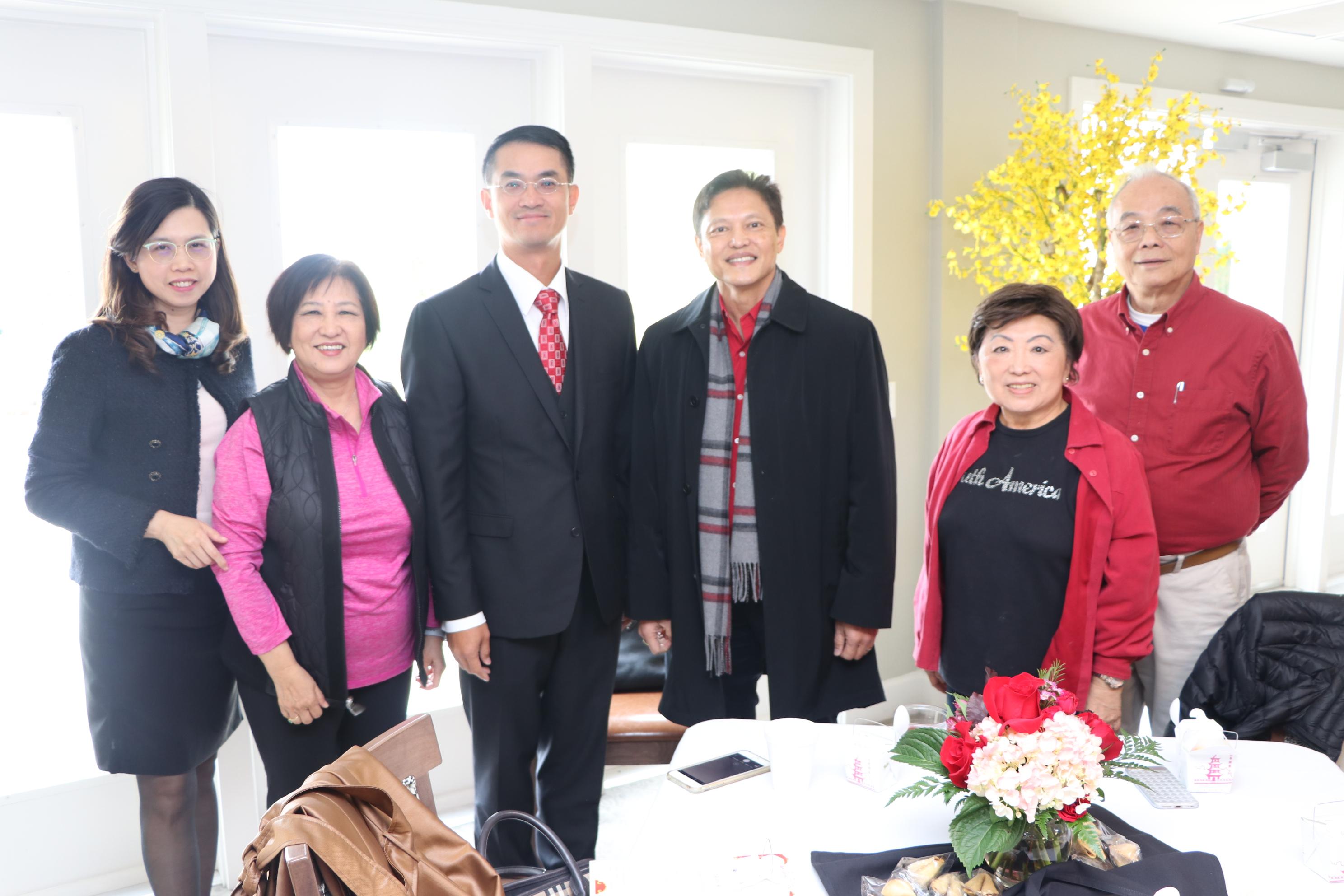 台北經文處長陳家彥(左三)與到場的僑領寒喧。