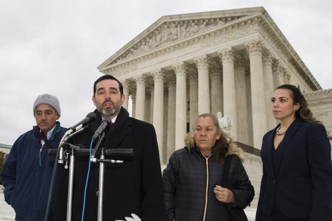 最高法院12日聽審在墨西哥被美國邊界巡邏隊員射殺的墨國少年家屬,可否在美國法院提控。圖為辯論完後律師在家屬陪同下發言。(美聯社)
