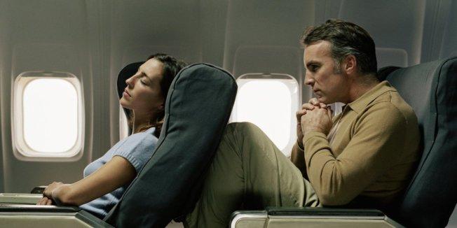 經濟艙乘客到底可不可以將座椅後傾?許多專家的答案是否定的。(取自推特)