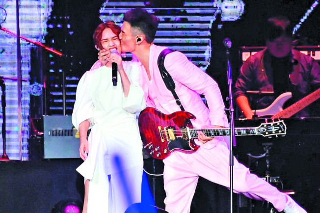 楊丞琳(左)發新專輯 ,李榮浩霸氣應援。圖為李榮浩演唱會,親吻楊丞琳。(本報資料照片)