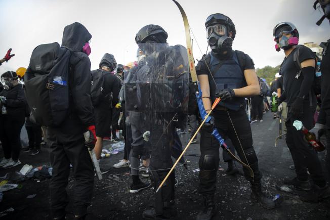 鑑於香港街頭暴力抗爭不斷,香港教育局宣布14日全港停課。(美聯社)