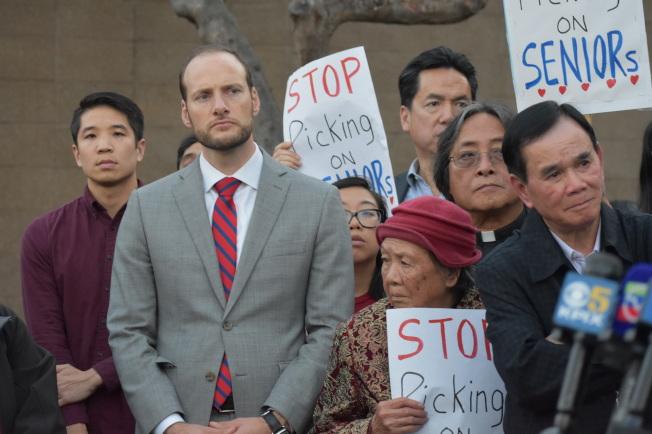 當選地檢長的博徹思(左二)也參加花園角記者會,但未獲安排在會上發言。(記者李秀蘭/攝影)