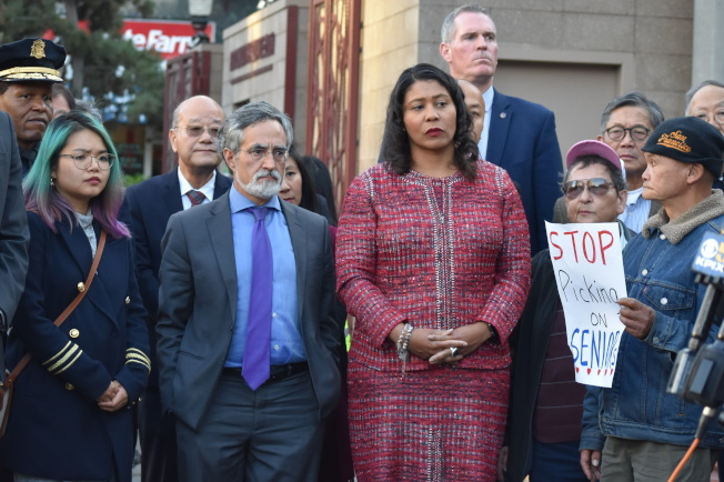 市長布里德(中)出席花園角的記者會,譴責暴力事件。(記者李秀蘭/攝影)