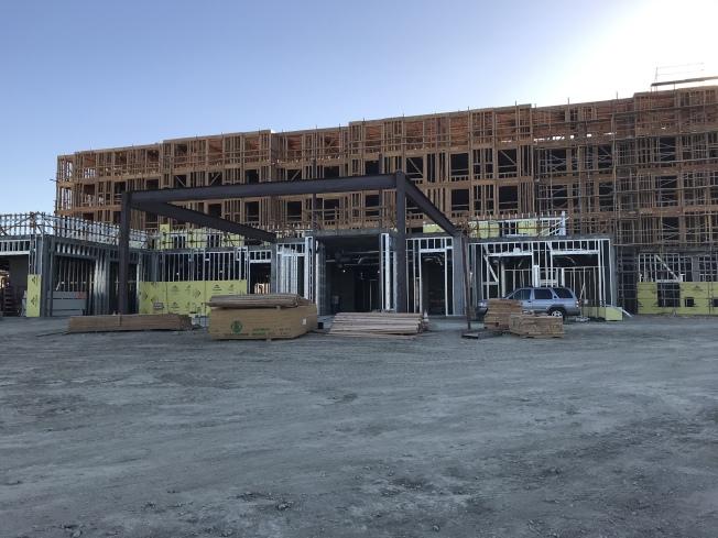 華商在波莫那市區南部開發星級商務酒店,正在建設中。(記者啟鉻/攝影)