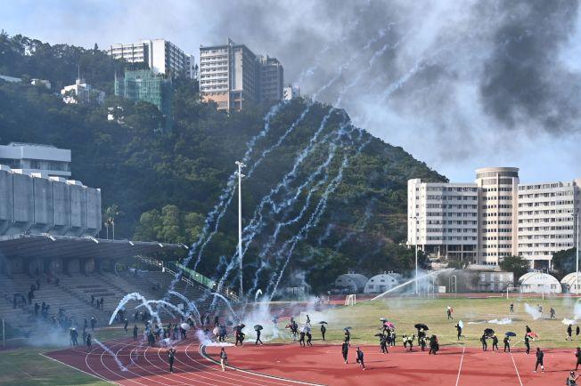 香港警方12日在中文大學對抗議者發射催淚彈。(Getty Images)