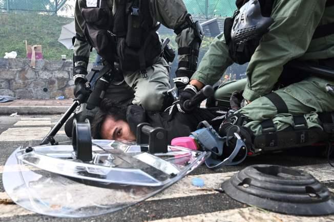 香港警察在中文大學校園制伏一名示威者。(Getty Images)