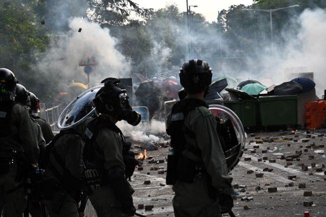 香港警方12日衝入中文大學校園抓捕示威者,與示威者爆發激烈衝突,一方射催淚煙和橡膠子彈,一方回擊磚塊和汽油彈,校園彷若戰場。(Getty Images)