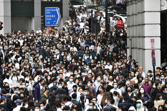 香港上班族在中環加入示威行動。(Getty Images)