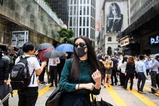 香港反送中示威者12日在中環發起「快閃」示威,不少年輕粉領族也上街支持。(Getty Images)