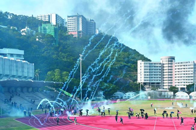 香港警方12日在香港中文大學對抗議者發射催淚彈。(Getty Images)
