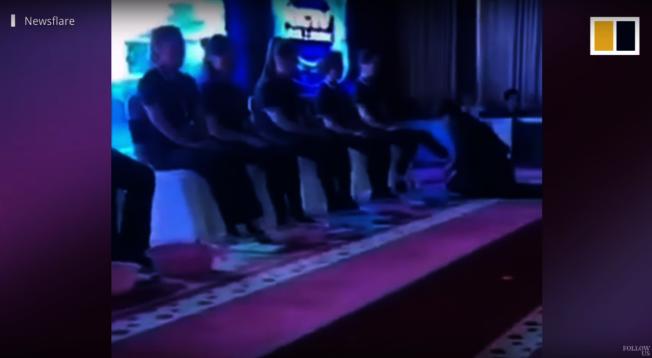 濟南的一家化妝品公司為了給優秀員工獎勵,女總裁與高階主管親自下跪幫他們洗腳。取材自Youtube