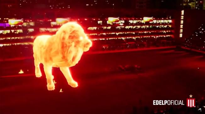 阿根廷布宜諾斯艾利斯省的足球俱樂部「拉普拉達學生隊」(Club Estudiantes de La Plata)主場結束長達14年的翻修,11日正式重新開幕,球團特地派出壯觀的「火焰獅」全像投影繞場,讓球迷在開賽前先享受震撼的聲光饗宴。路透/ESTUDIANTES DE LA PLATA VNR