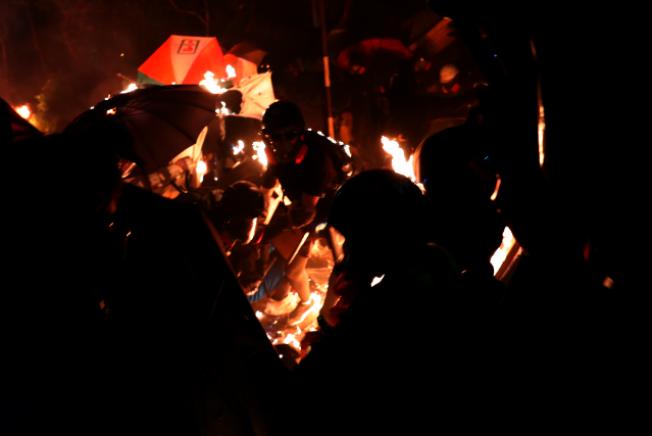 香港中文大學12日晚爆發學生和警方的嚴重衝突,現場宛如戰場。(Getty Images)