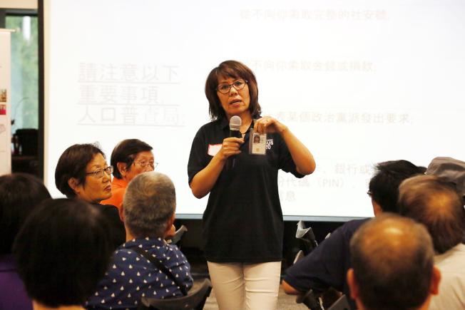 程曉鴻介紹人口普查工作人員上門查訪時,一定配戴有浮水印、標誌、晶片和條碼等防偽的正式證件。(記者張蕙燕/攝影)