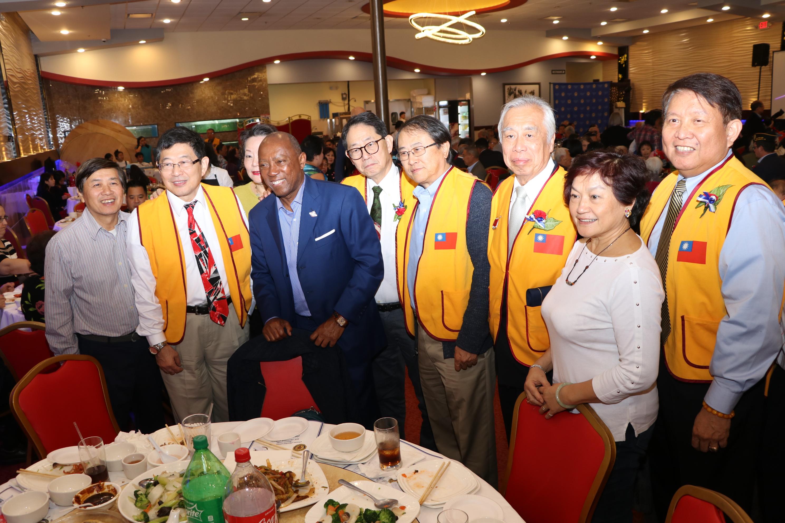 休士頓榮光會的弟兄與休士頓市長相見歡。
