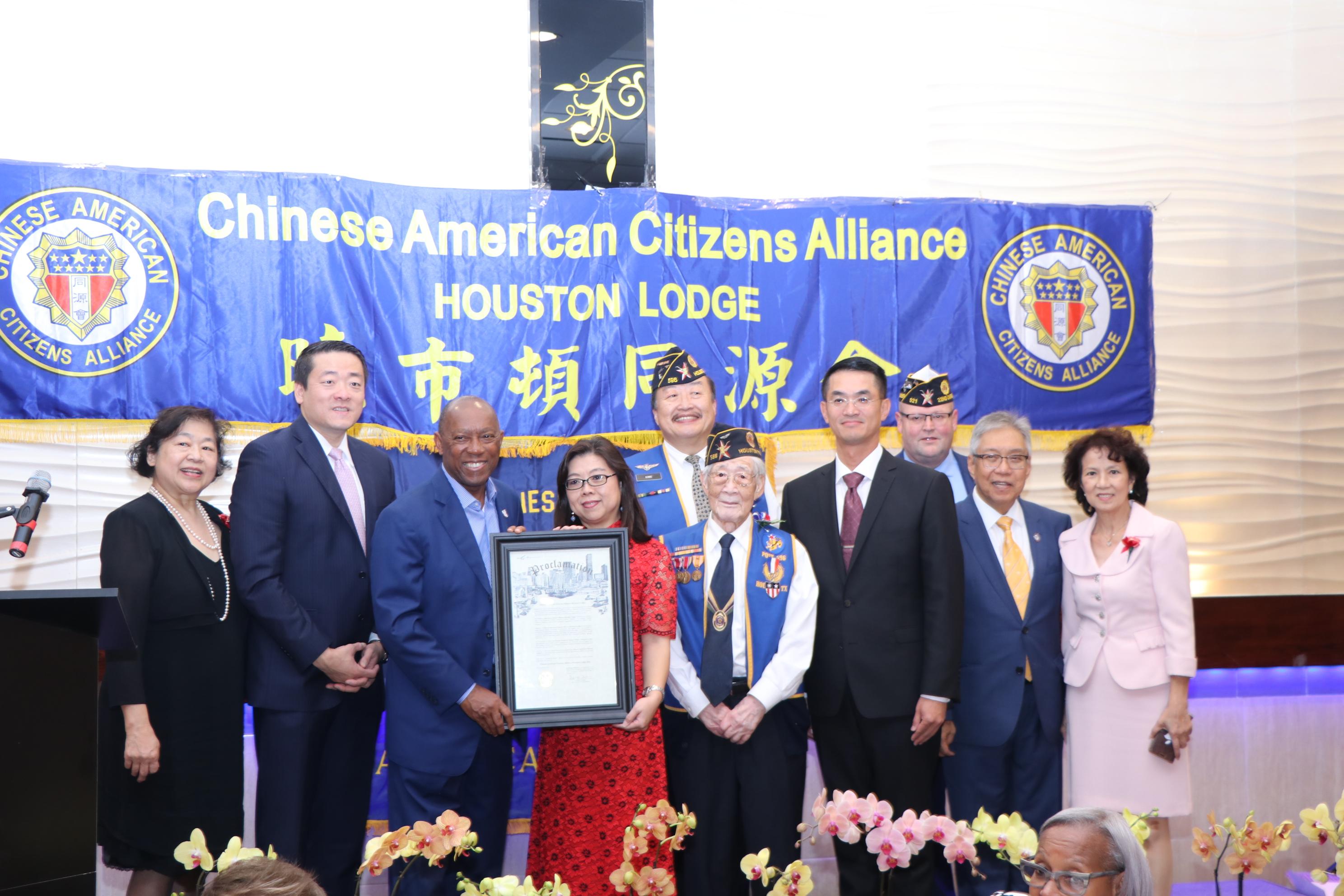 休士頓市長Sylvester Turner(左三)頒狀表揚同源會,由會長李成純如(左四)代表接受,右三為台北經文處處長陳家彥。