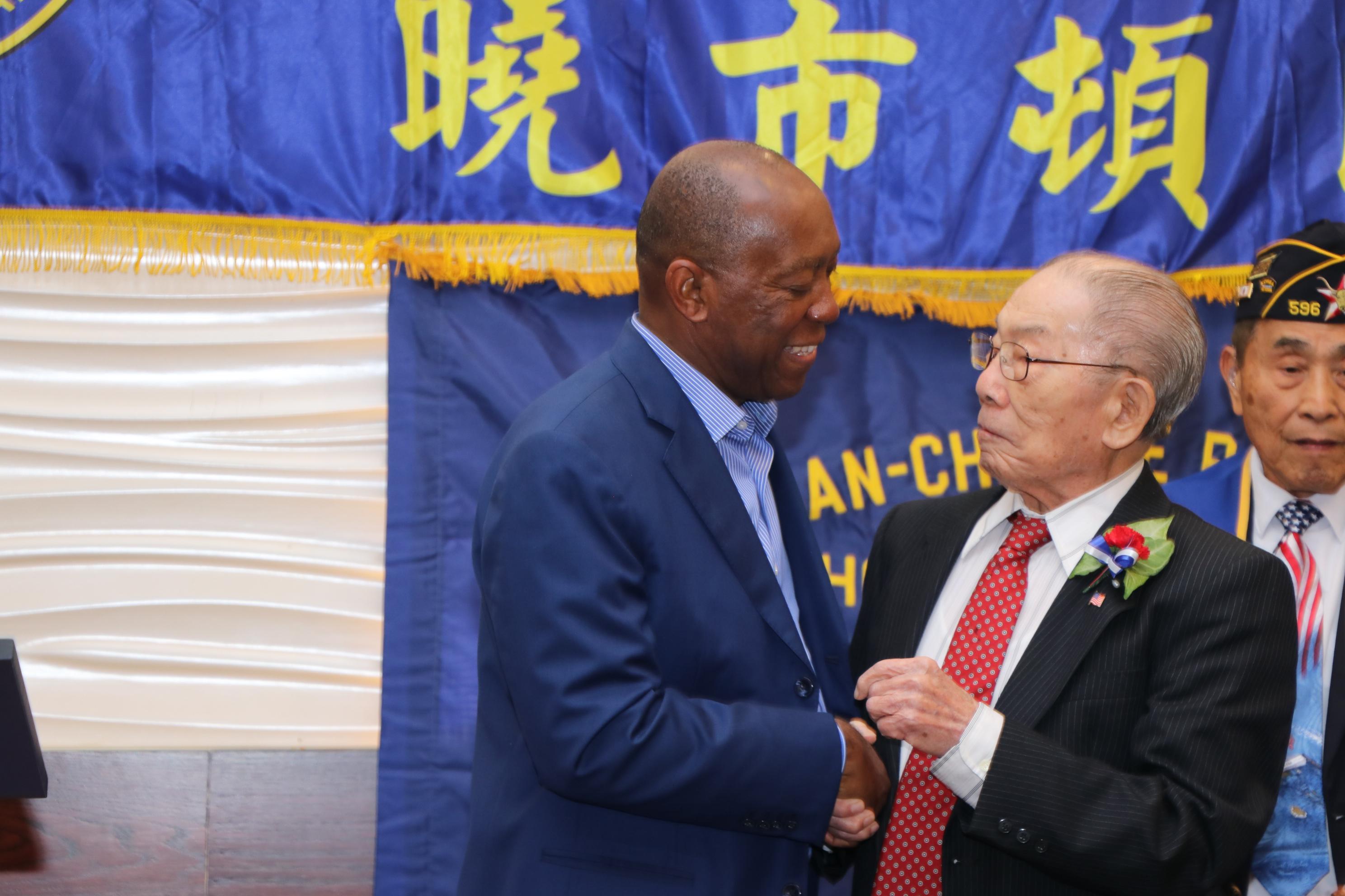 二戰老兵Lewis W. Yee(右),台山人,曾在市長的家鄉開雜貨店,與市長一家人都熟悉,老友相見分外親切。
