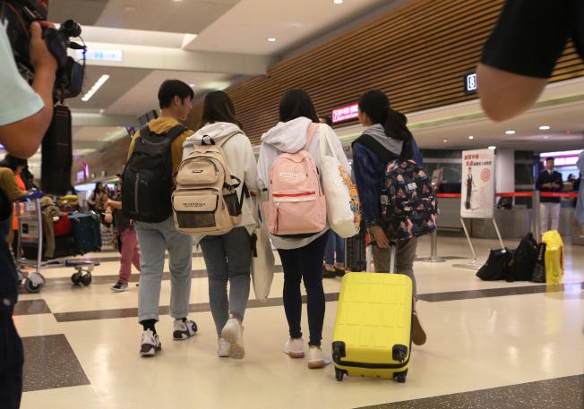 包括香港城市大學在內的多所香港大學台灣學生,13日晚間陸續搭機返抵桃園機場,學生們不願意容貌曝光。(記者陳嘉寧/攝影)