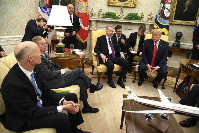 眾院進行彈劾調查公開聽證當天,川普總統(右一)在白宮接待到訪的土耳其總統厄多安(右中)。(歐新社)