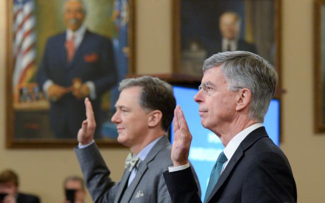 美國駐烏克蘭代理大使泰勒(右)及國務院副助理國務卿肯特公開作證。(路透)