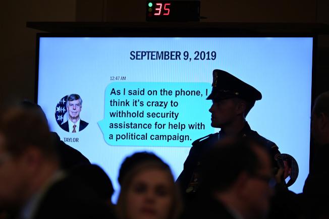 美國前駐烏克蘭大使泰勒的一段簡訊,也作為證詞。簡訊說「就像我在電話中說的,扣下軍援款來交換競選事務,簡直瘋狂。」(路透)