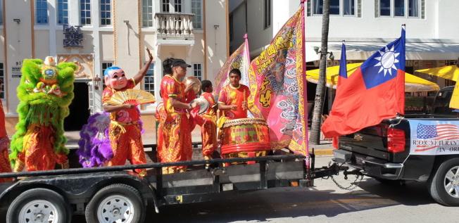 參加遊行的舞獅團沿途表演,鑼鼓喧天,彩獅騰躍,引人矚目。(孫博先提供)