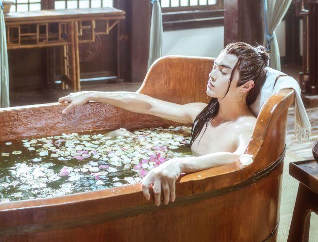 許凱在劇中出現美男泡澡一幕。(取材自微博)