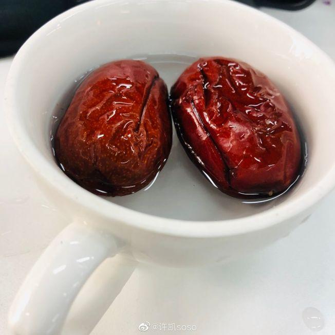 許凱曬出「泡棗」照片回應粉絲。(取材自微博)