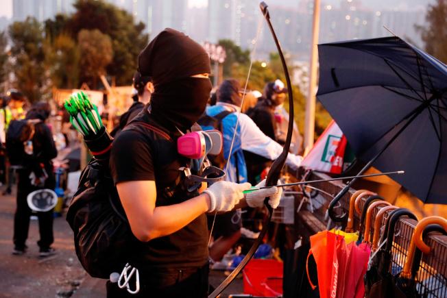 香港中文大學校區從12日開始就成為警察與抗議群眾的戰場,媒體拍到學生持彎弓搭箭射警察。有報導指學生闖入運動器材庫,取走16把弓、192支有金屬箭頭的箭和標槍。(路透)