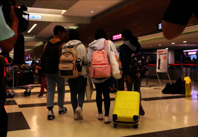 包括香港城市大學在內的多所香港大學台籍學生,13日晚間陸續搭機返抵桃園機場,學生們不願意容貌曝光。記者陳嘉寧/攝影