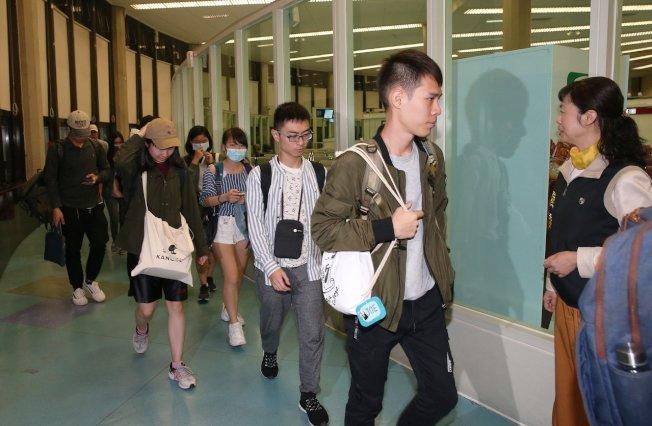 香港反送中延燒進大學校園,教育部、陸委會專案協調71名香港中文大學台生,搭乘華航班機抵台。記者陳嘉寧/攝影