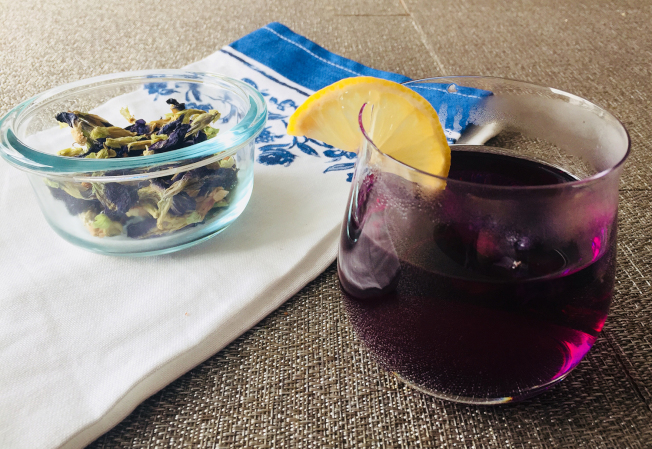 茶初泡時是淡淡藍色,當加入幾滴檸檬液以後,茶就會變成明亮的紫色,變色的原因就是含有青花素的蝶豆花。(本報資料照)
