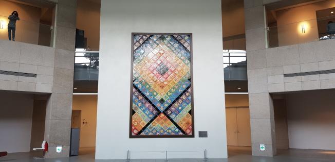 林志玲周日將在台南美術館古蹟內舉辦婚宴,一進入現場迎面的是巨幅的陶瓷創作。記者修瑞瑩/攝影