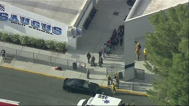 加州聖塔克拉利塔(Santa Clarita)一所高中周四早發生槍擊案。(美聯社)