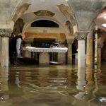 威尼斯水淹187公分 男子在聖馬可廣場游泳