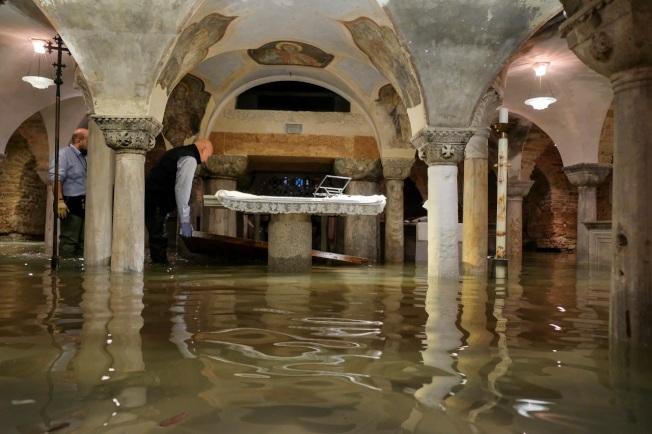 義大利威尼斯12日晚間遭遇暴雨,又剛好撞上當地異常潮汐「Acqua Alta」,引發超過半世紀以來的最大洪水。聖馬可大教堂遭逢建成1200多年來的第六度淹水,地窖也無法倖免。路透