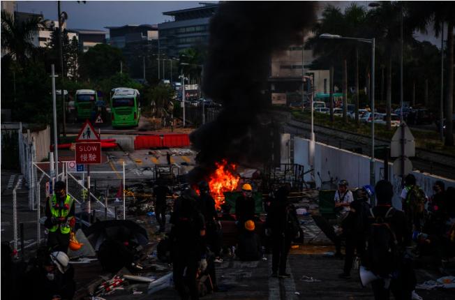 13日清晨開始,大批示威者繼續於中文大學二號橋集結,期間有人以大量雜物堵塞橋下的吐露港公路,附近道路亦有雜物被縱火,現場交通癱瘓,吐露港公路南北行全封。 中通社
