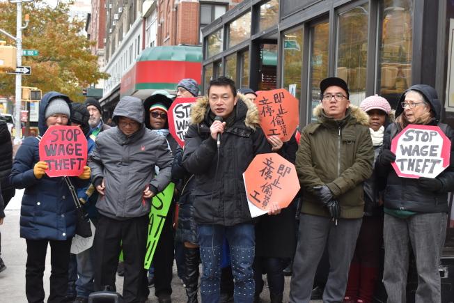 華人勞工14日與多名勞工一同參與抗議,要葛謨立即簽字通過「防拖欠工資」法案。(記者顏嘉瑩/攝影)