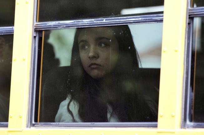 校園槍案發生後,學生被護送撤離校園。(美聯社)