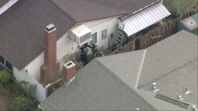 警方在搜索嫌疑人的家。槍手經警方確認是一位16歲的亞裔男學生。(美聯社)