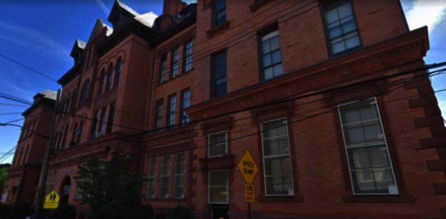 市教育局此前調查顯示,布碌崙(布魯克林)第108小學有十幾間教室發現含鉛油漆,為油漆含鉛量最多的學校。(谷歌地圖截圖)